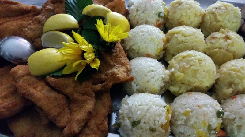 Telečji zrezek po dunajsko, pražen krompir in dušen riž z zelenjavo