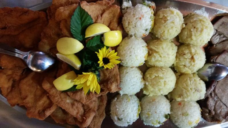 Svinjski zrezek po dunajsko, pražen krompir in dušen riž z zelenjavo