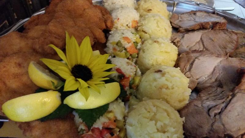 Svinjski zrezek po dunajsko, kuhana govedina, pražen krompir in dušen riž z zelenjavo